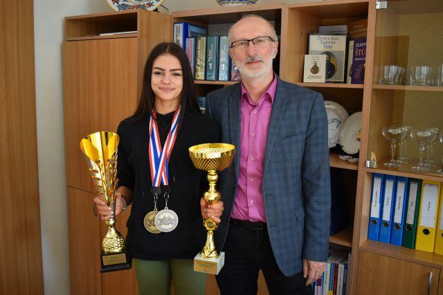 Tatiana Ondrušková a riaditeľ školy Pavol Kováč